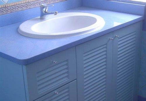 Un mobile di color azzurro sotto un lavabo