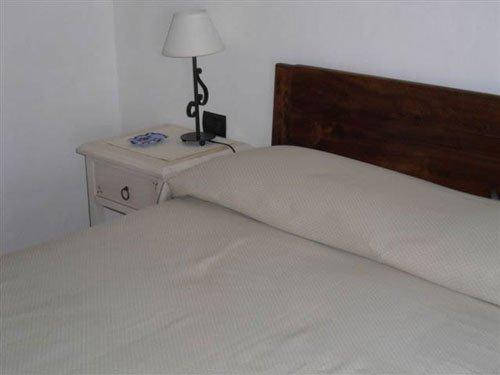 un letto con la testata in legno scuro