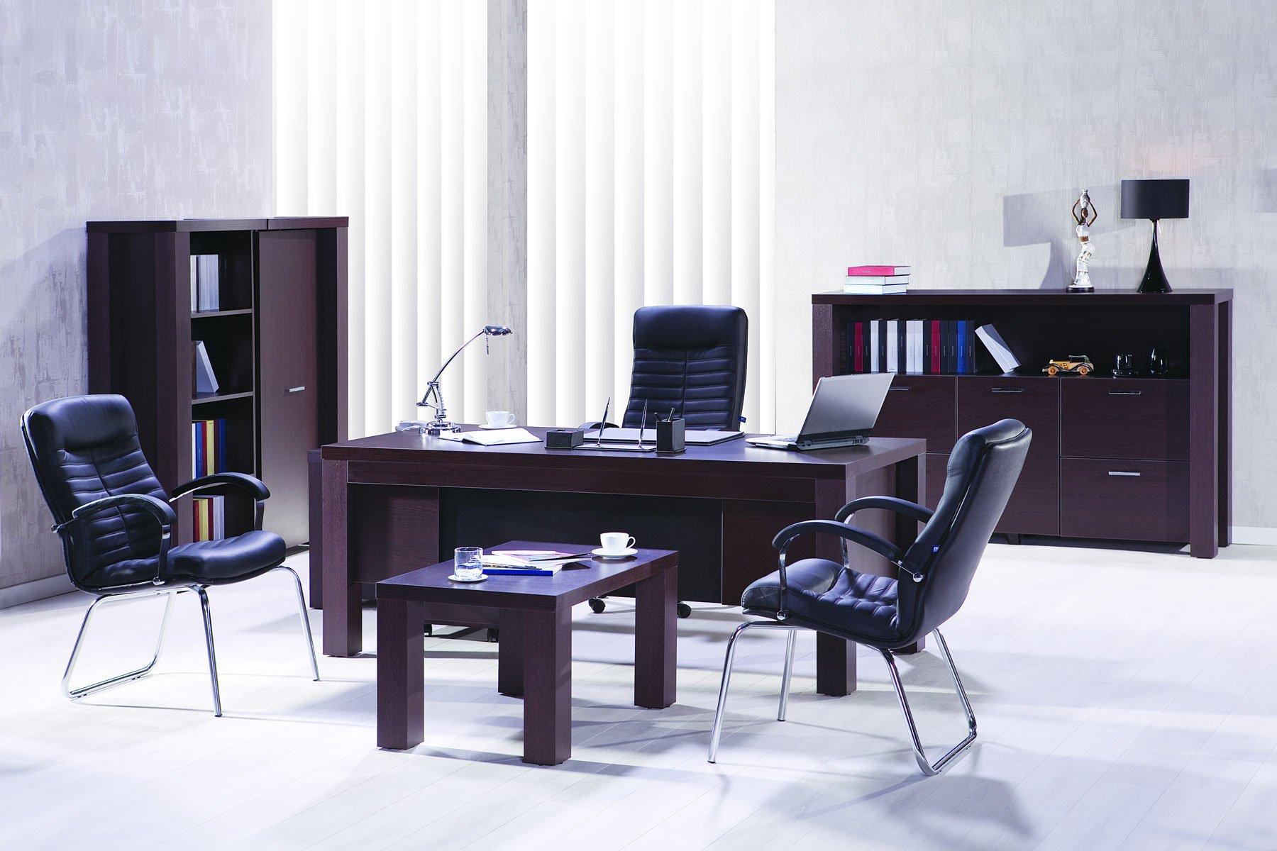 Un ufficio con una scrivanie e altri mobili in legno