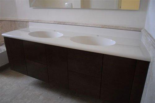Un bagno con doppio lavabo