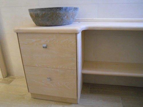Due mensole in marmo e due cassetti in legno chiaro