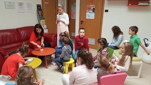 dei bambini in una sala d'attesa di uno studio dentistico
