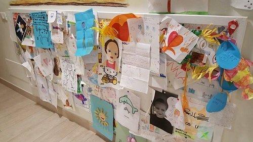 una bacheca con dei disegni fatti da alcuni bambini