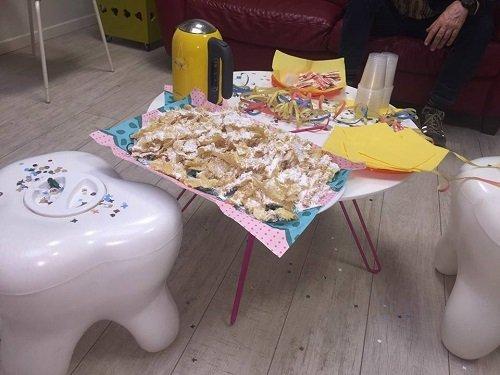 un tavolino con sopra dei dolci, dei tovaglioli e un termos