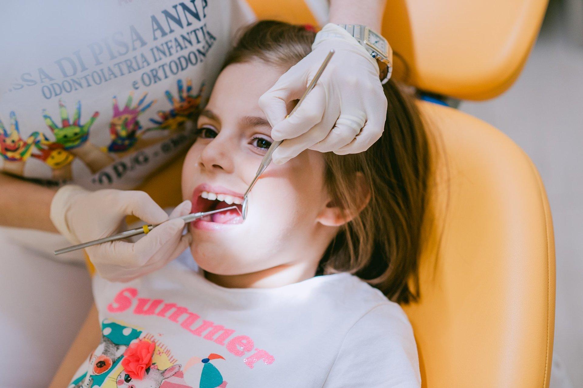 Bambina sottoposta a trattamenti dentistico