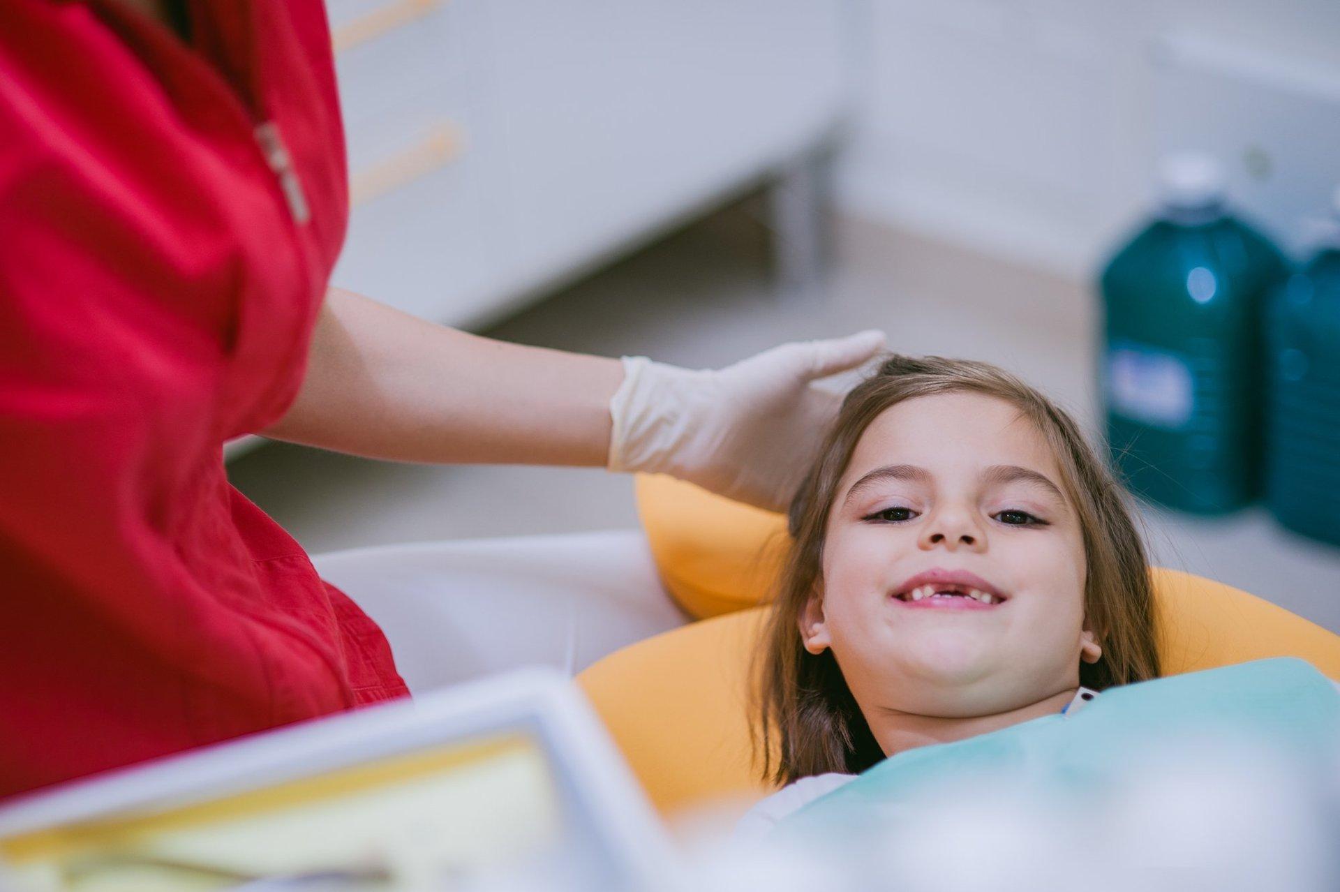 Dentista che accarezza un bimbo