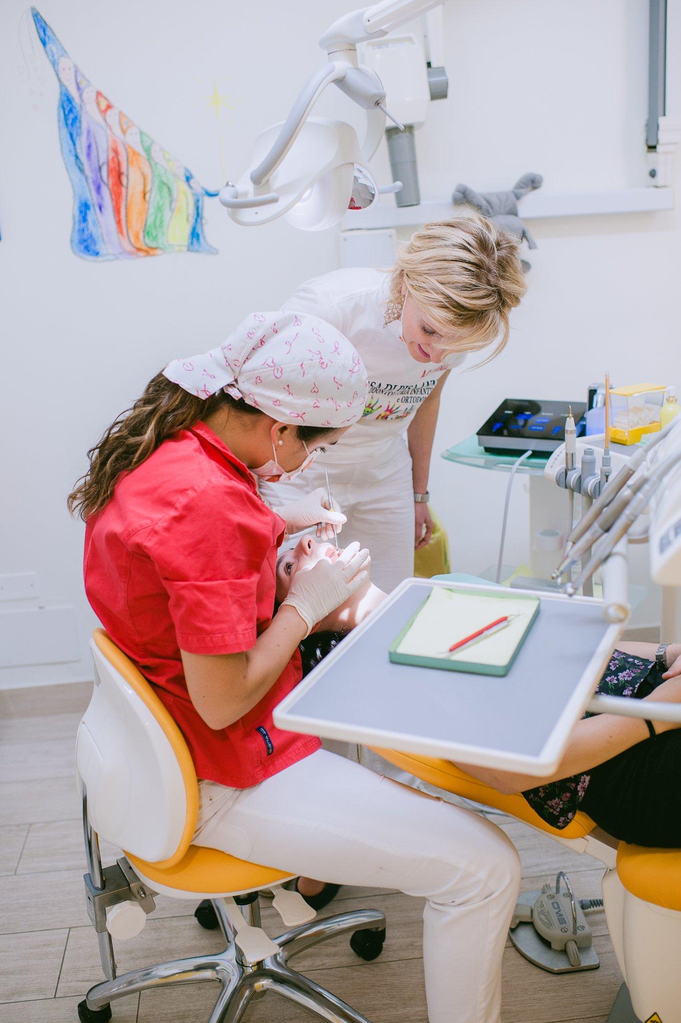 Dentista a lavoro