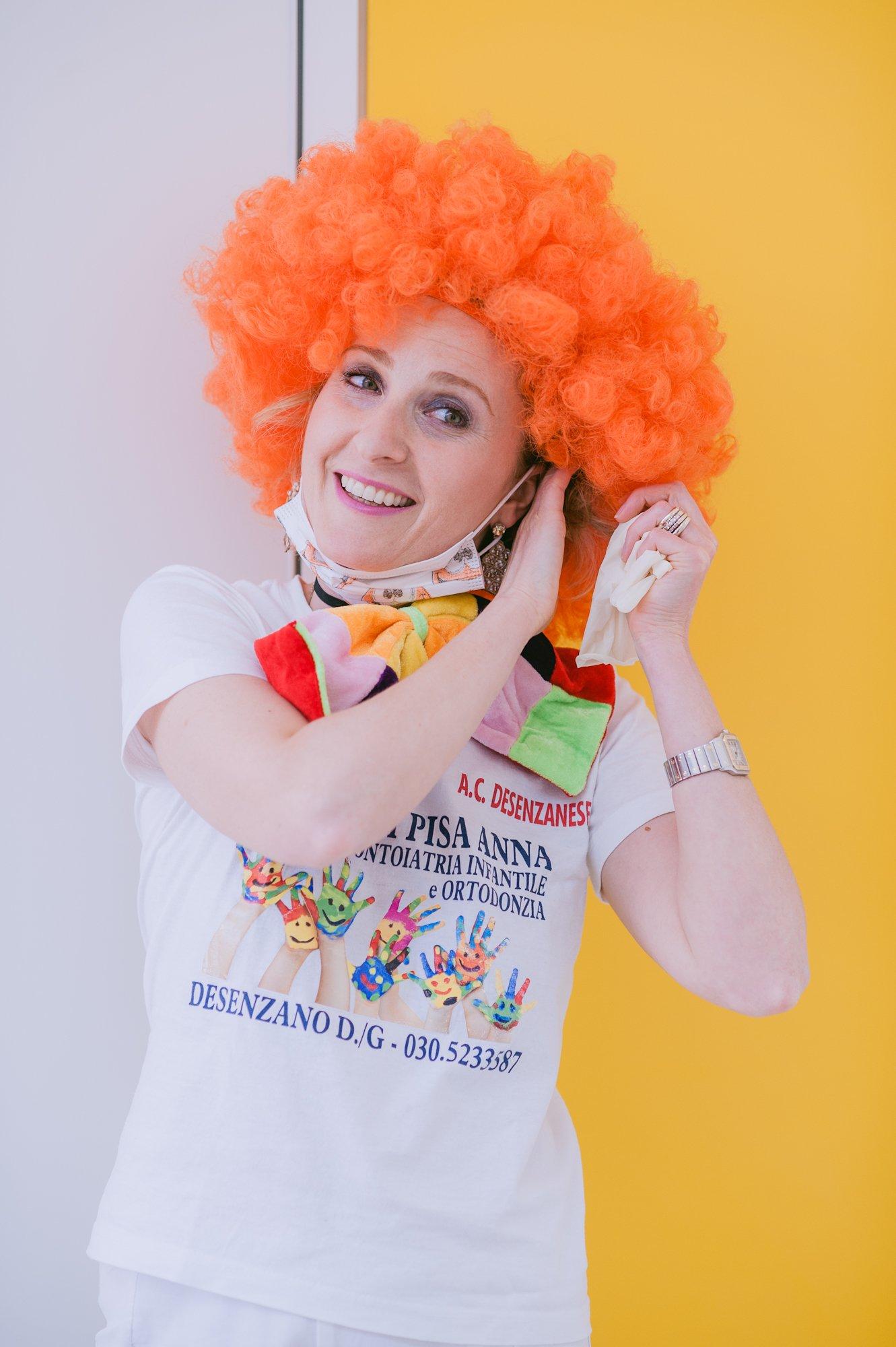 Dott.ssa Anna di Pisa mentre indossa una parrucca