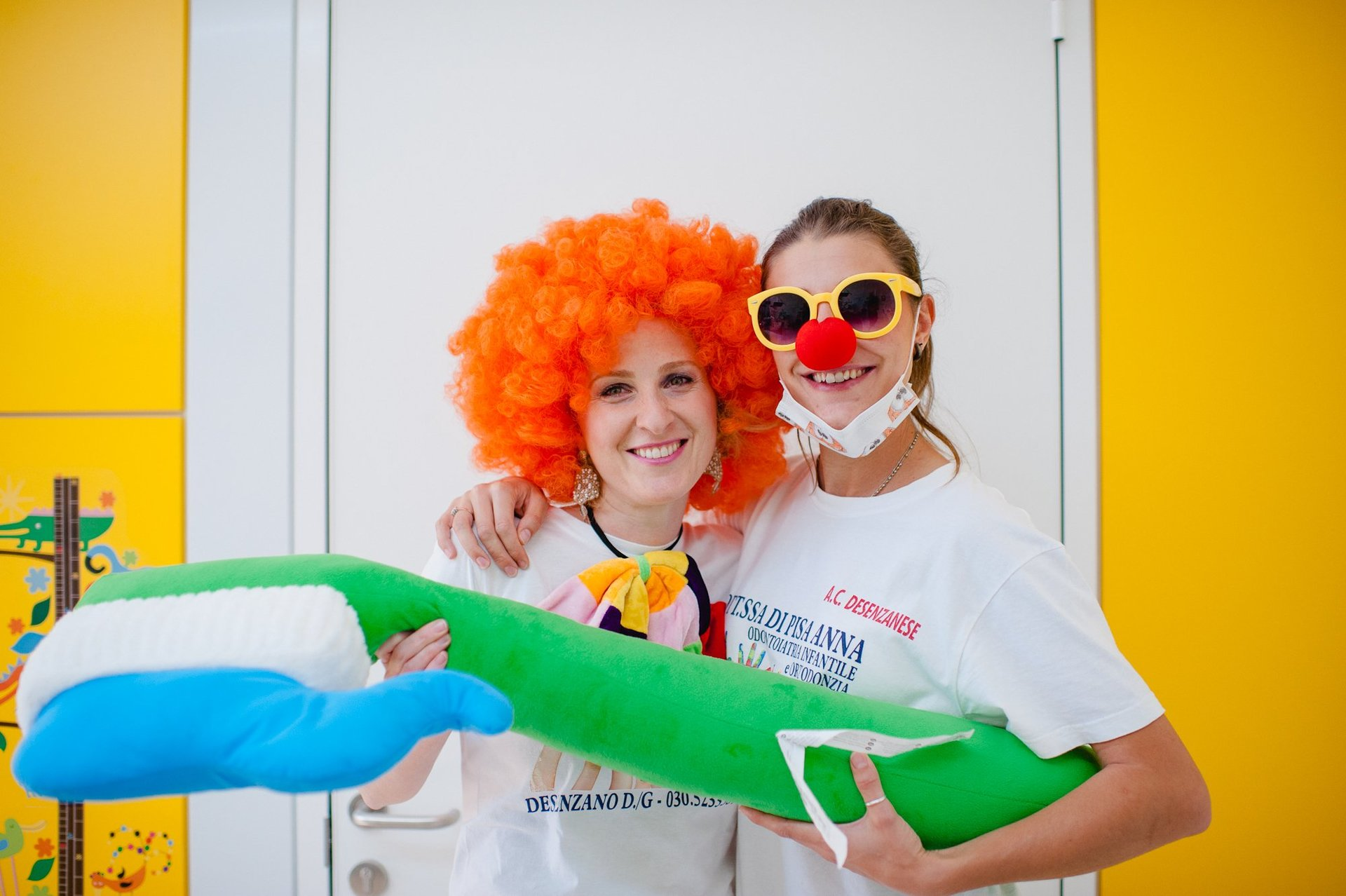 Dentiste per bambini con costumi colorati