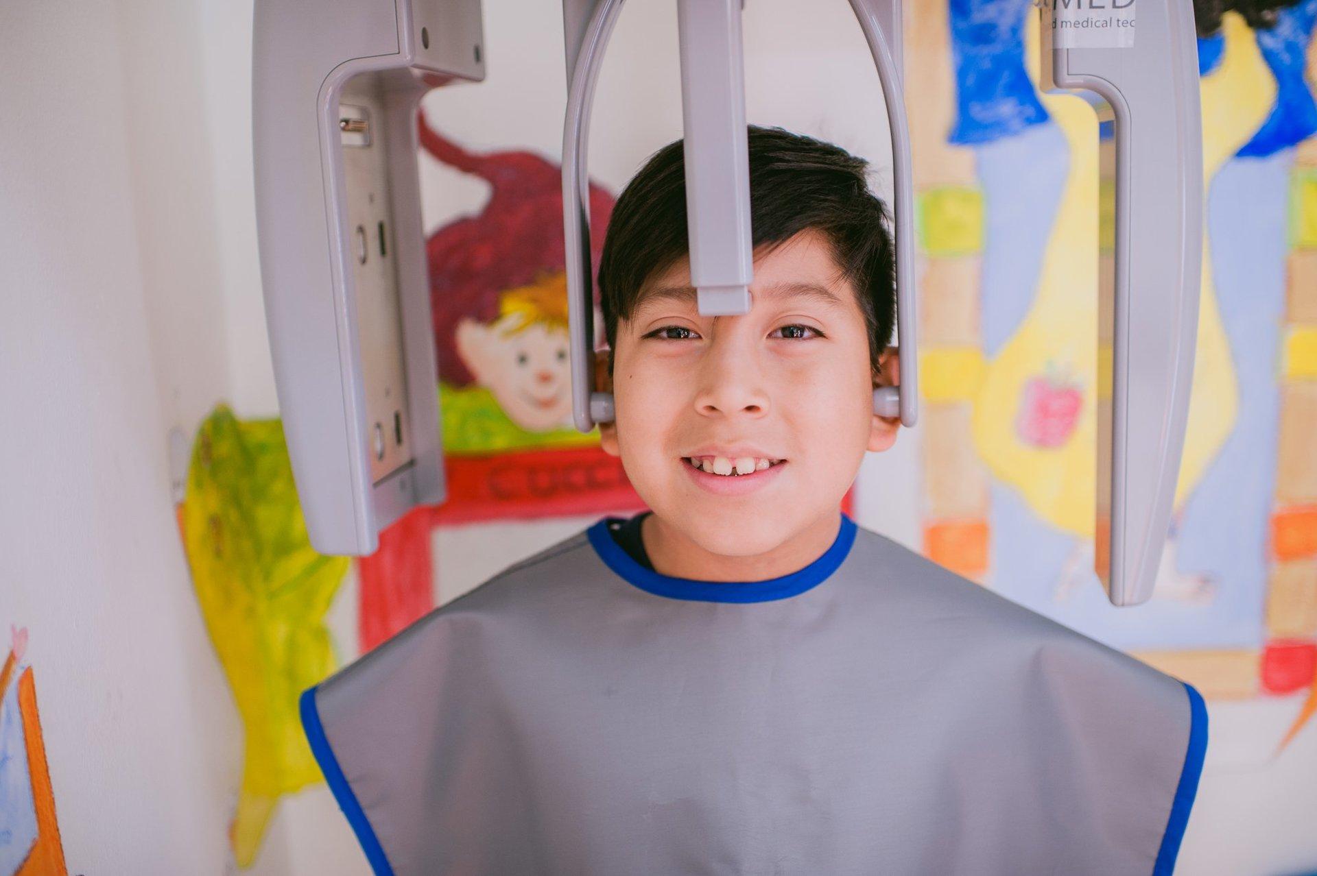 Un piccolo paziente del dentista pediatrico
