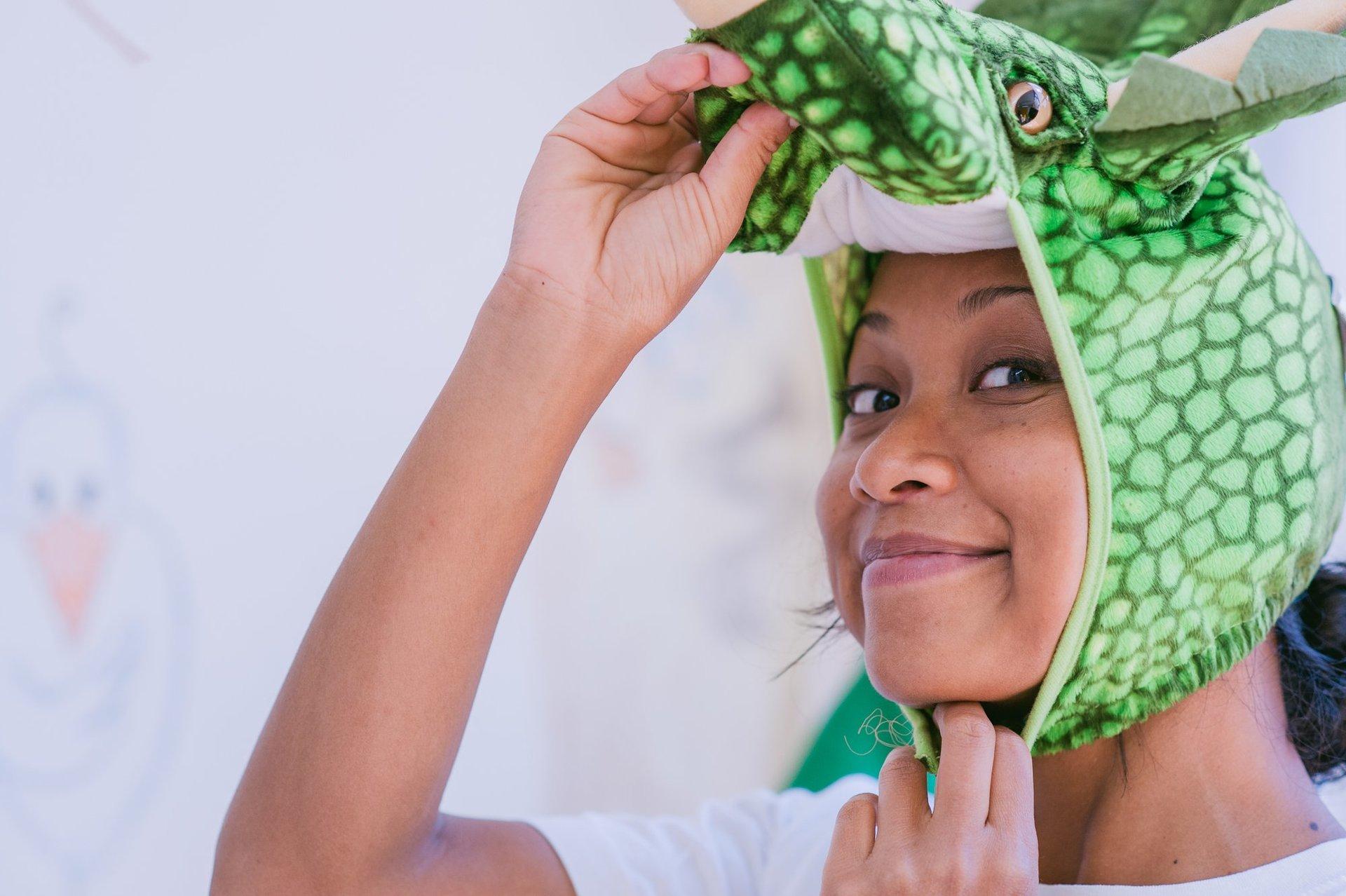 Una dentista travestita da coccodrillo