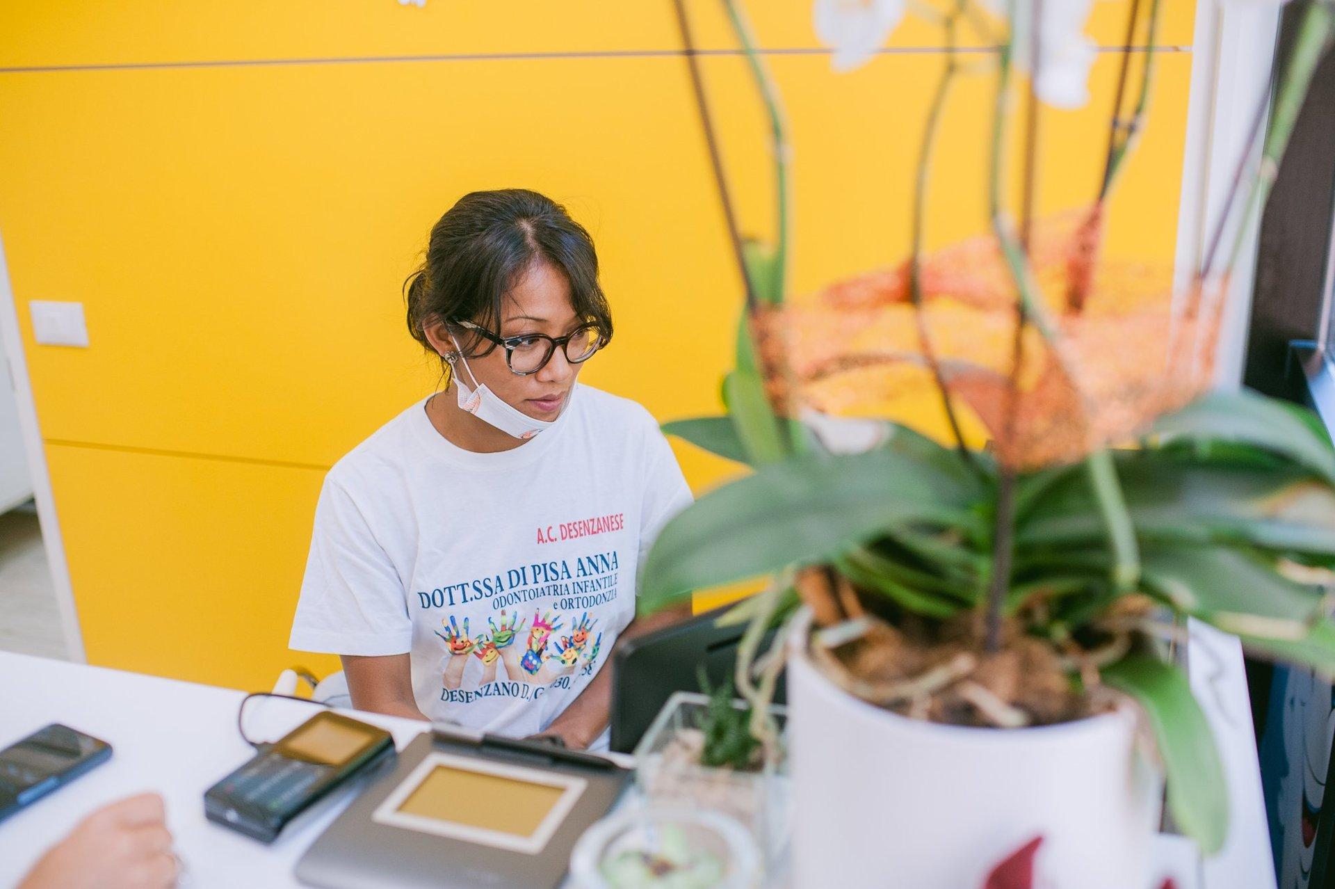assistente alla reception dello studio