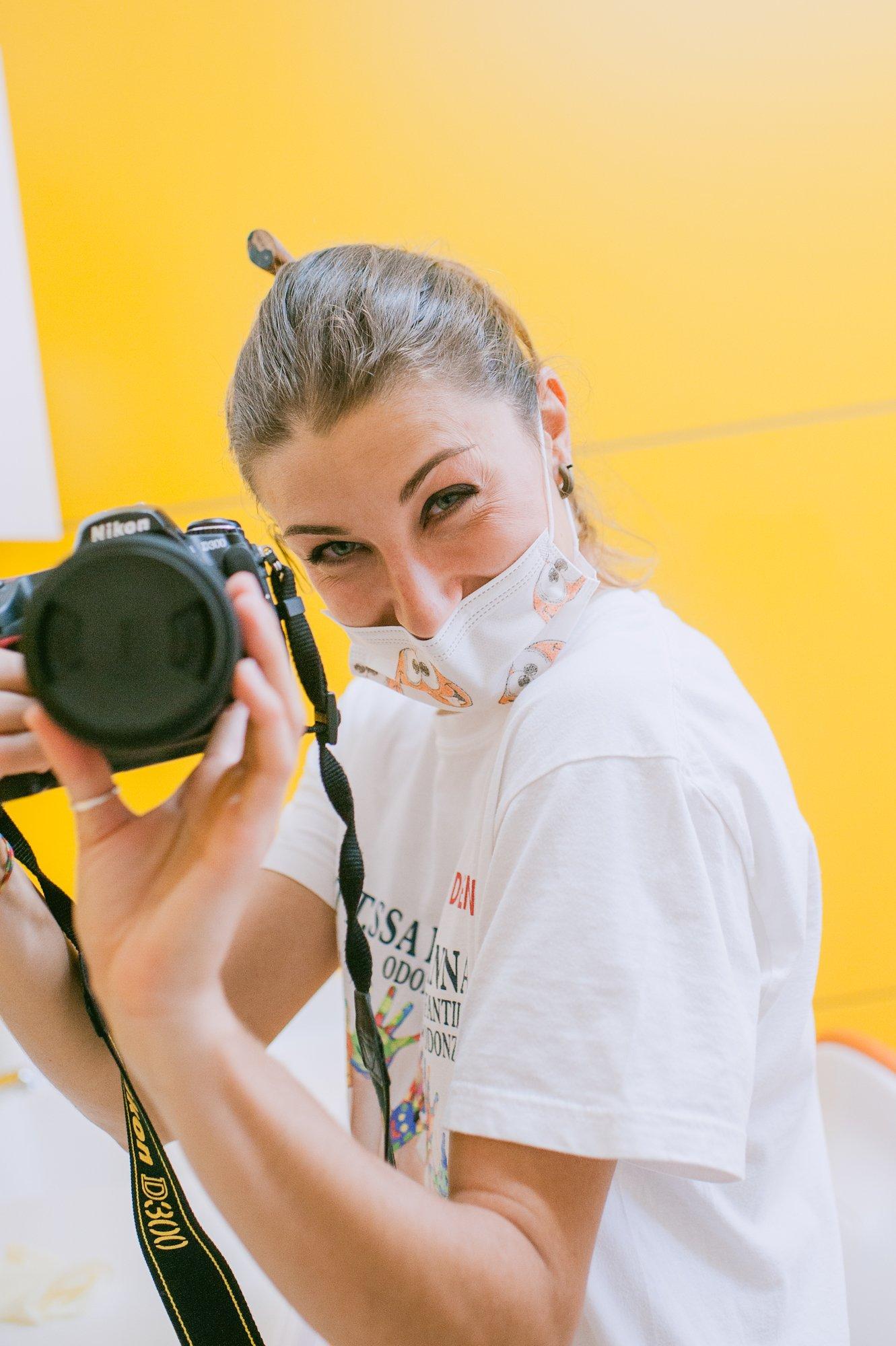 infermiera con macchina fotografica