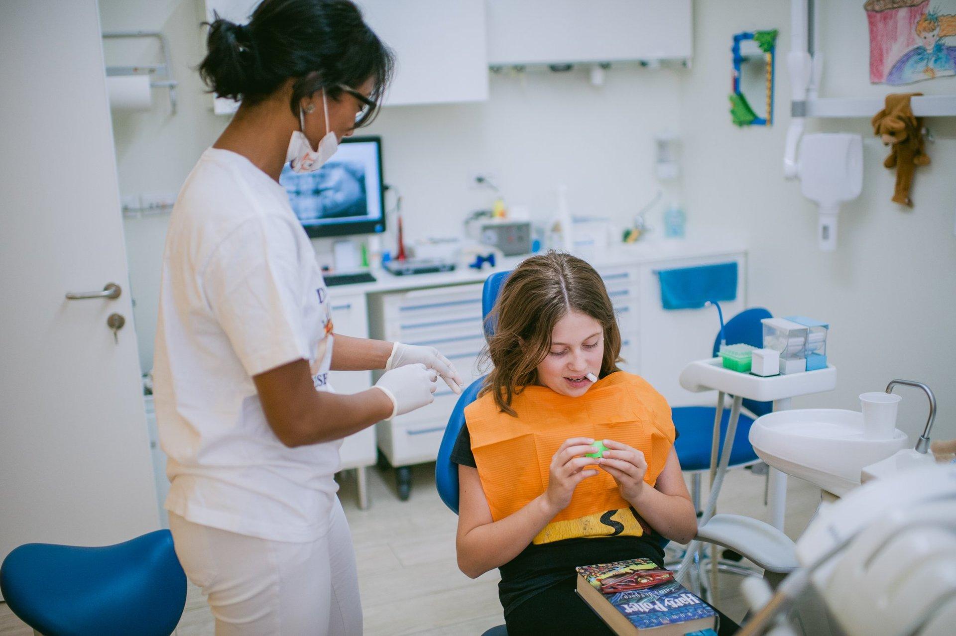 giovane paziente su sedia del dentista