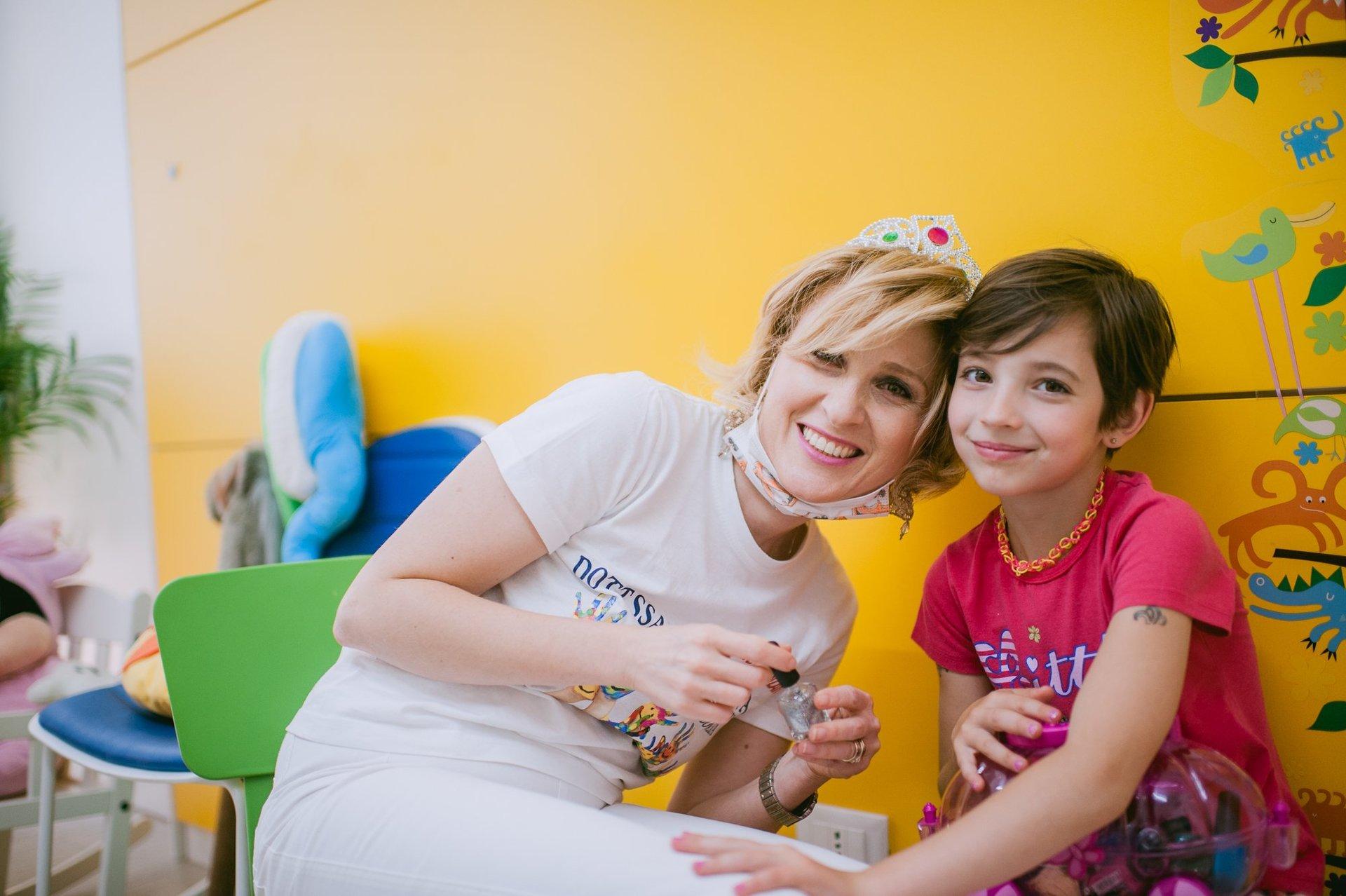 dottoressa sorride insieme a piccolo paziente