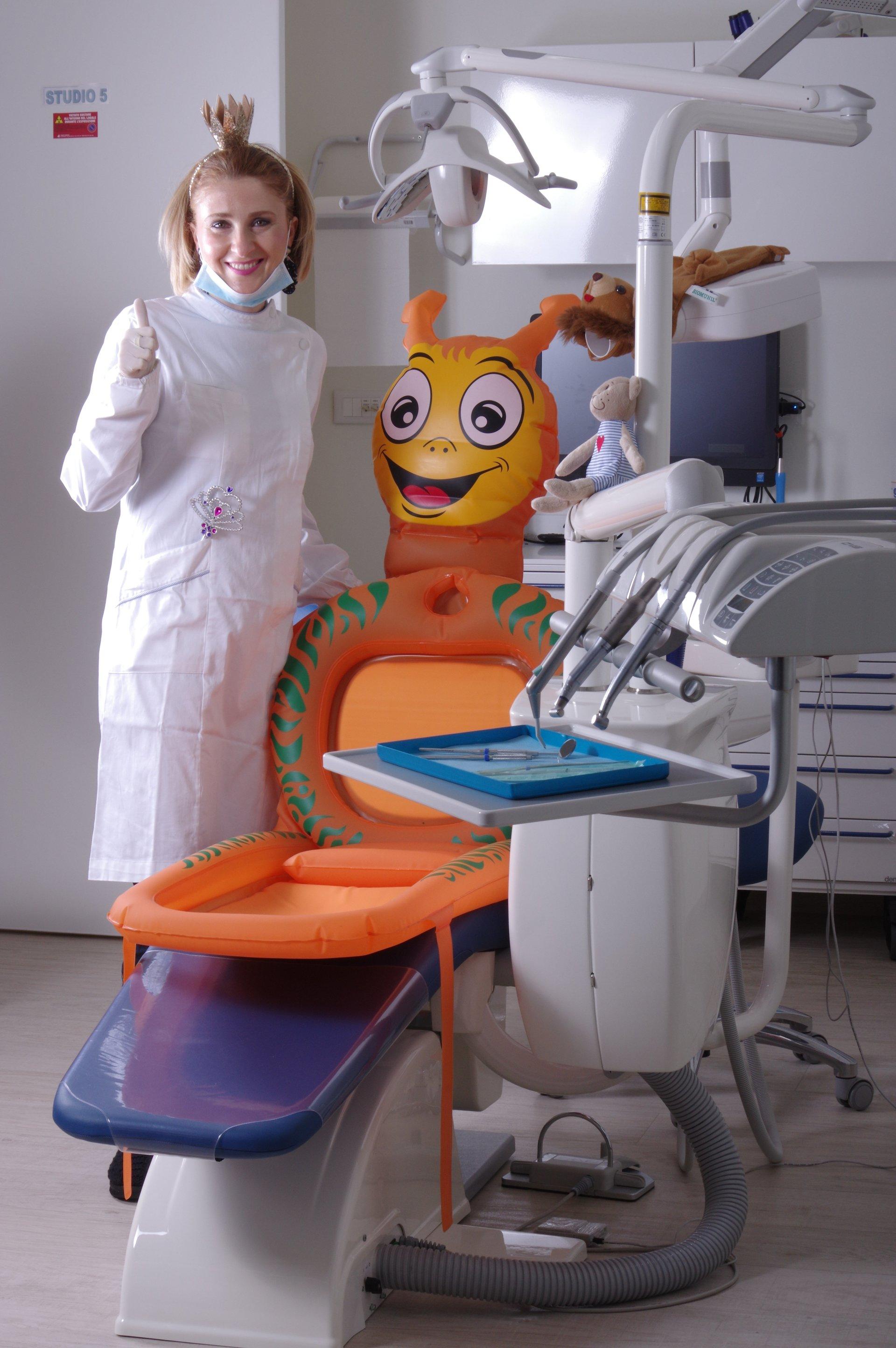 La dentista vicino ad una seduta per bambini