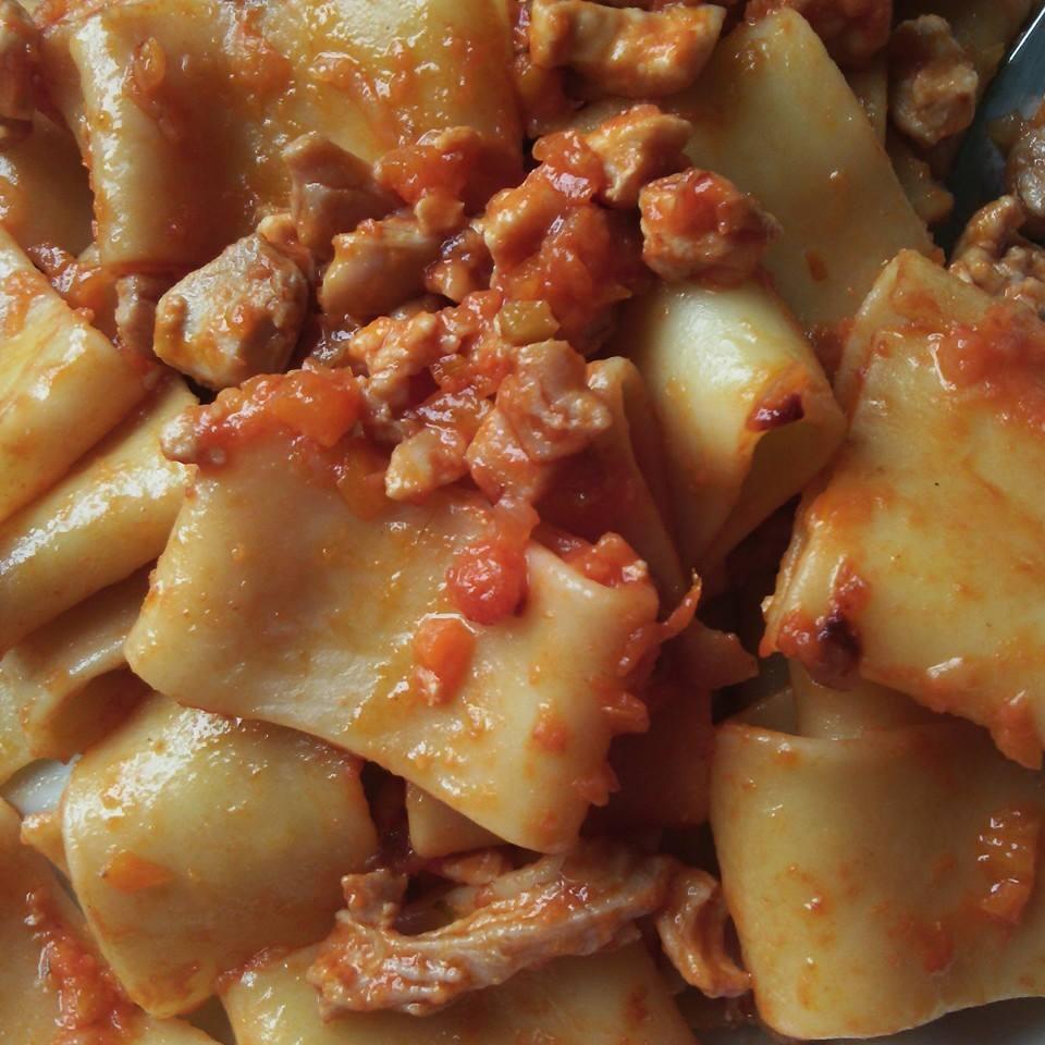 La pasta fatta in casa con salsa di pomodoro e carni