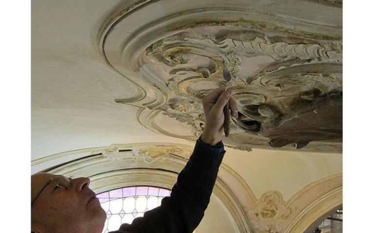 Da Pozzo Mario mentre restaura gli-stucchi della Chiesa di Scorzè