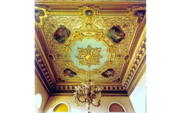soffitto decorato e dorato con foglia d oro