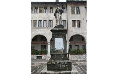 Statua di Panfilo Castaldi prima del restauro