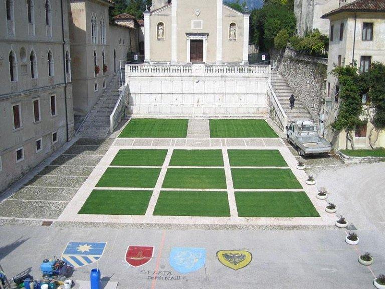 Pavimento in marmo e a verde dopo il restauro