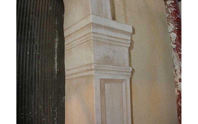 Decorazione pittorica di finte lesene su fori finestre