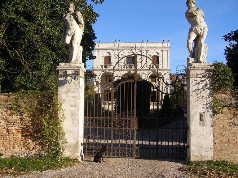 Villa e ingresso prima del restauro