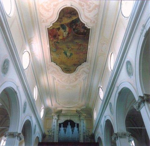 La navata dopo il restauro degli stucchi e dei marmorini