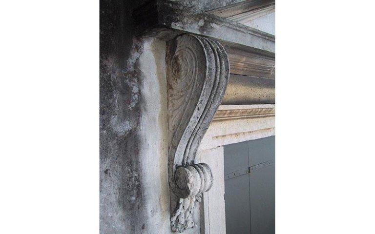 particolare prima del restauro dei marmorini