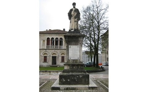 Statua di Vittorino da Feltre prima del restauro