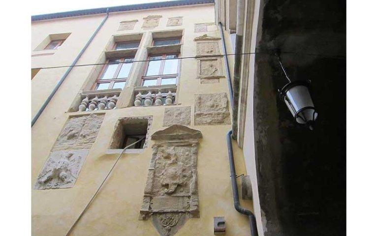 Antichi fregi decorativi in pietra restaurati sulla facciata ovest