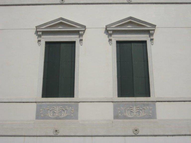Particolare della facciata in marmorino