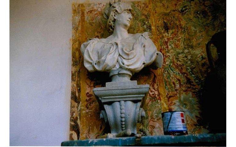 Busto in marmo e decorazione parietale in fase di restauro