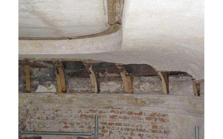 Particolare della struttura lignea del soffitto durante il restauro