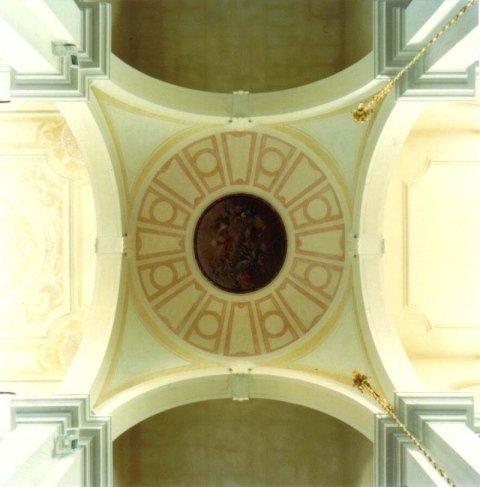 Il soffitto del presbiterio dopo il restauro degli stucchi e dei marmorini