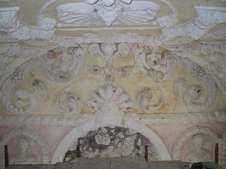 Stucchi e marmorini prima del restauro