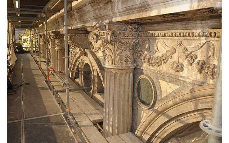 fregi e capitelli restaurati