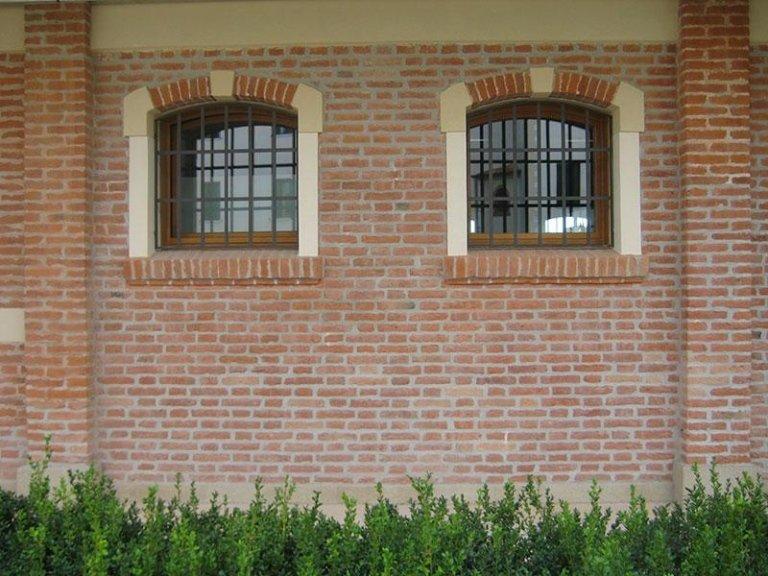 Particolare di facciata in mattoni faccia vista restaurata