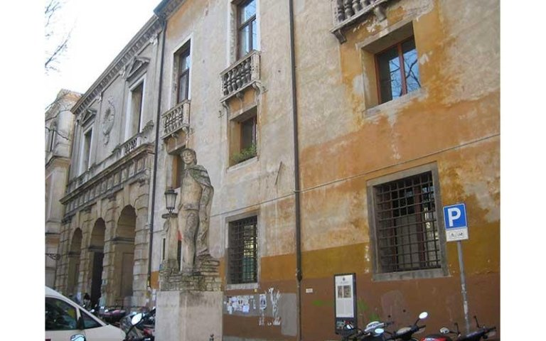 La facciata del Palazzo prima del restauro
