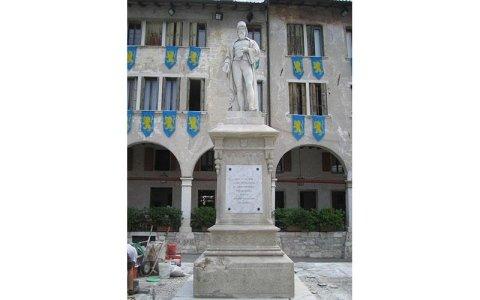 Statua di Panfilo Castaldi dopo il restauro