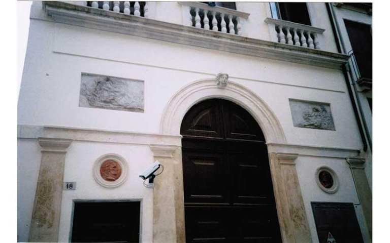 particolare della facciata est dopo il restauro