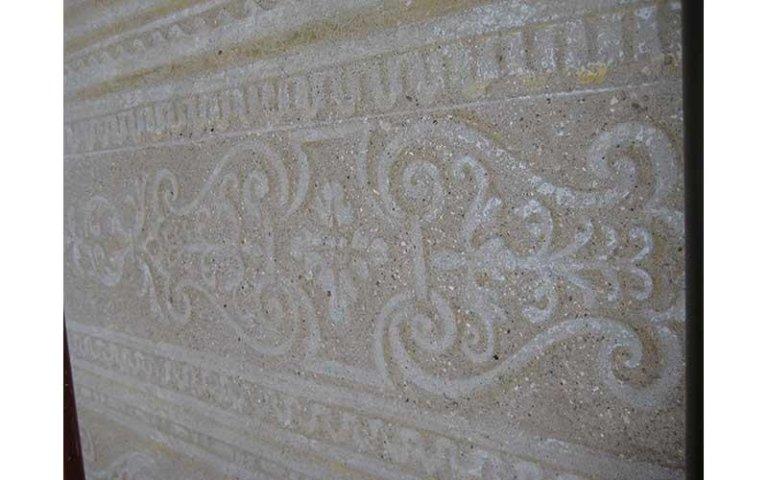 particolare di decorazione a graffito restaurata