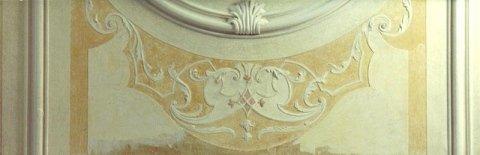 Particolare degli stucchi e dei marmorini durante il restauro