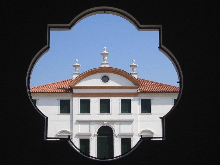 Particolare della facciata sud vista dalla Chiesa frontistante