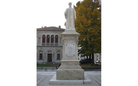 Statua di Vittorino da Feltre dopo il restauro