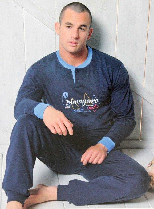 un uomo seduto per terra con una felpa di marca Navigare e dei pantaloni blu