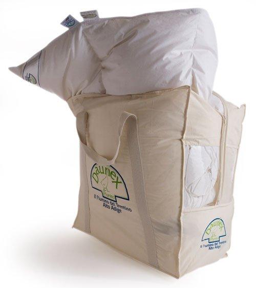 Una borsa di color bianco con un piumone dentro e una scritto daunex sulla borsa