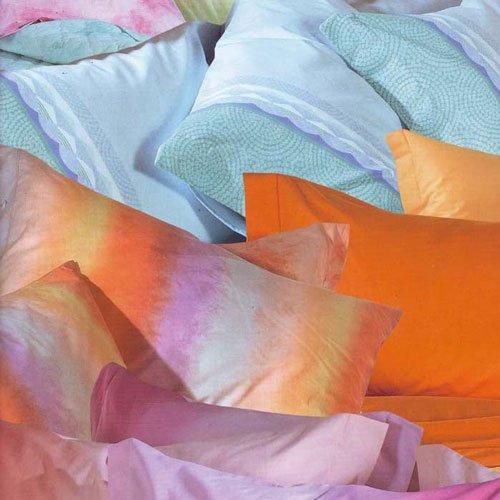 Un insiemi di cuscini di color azzurro e arancione
