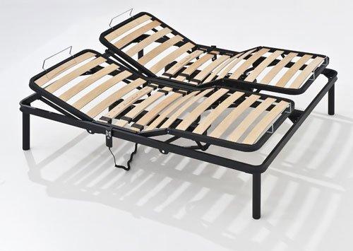 Un letto con struttura di ferro, doghe reclinabili e telecomando sul lato destro