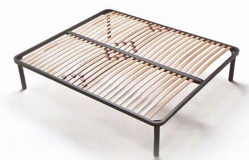 Un letto di ferro di color nero con doghe in legno